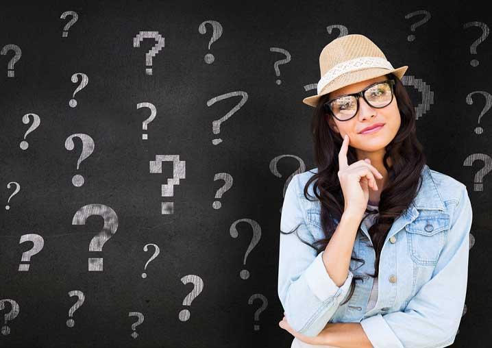 Une jeune femme entourée de points d'interrogations semble douter
