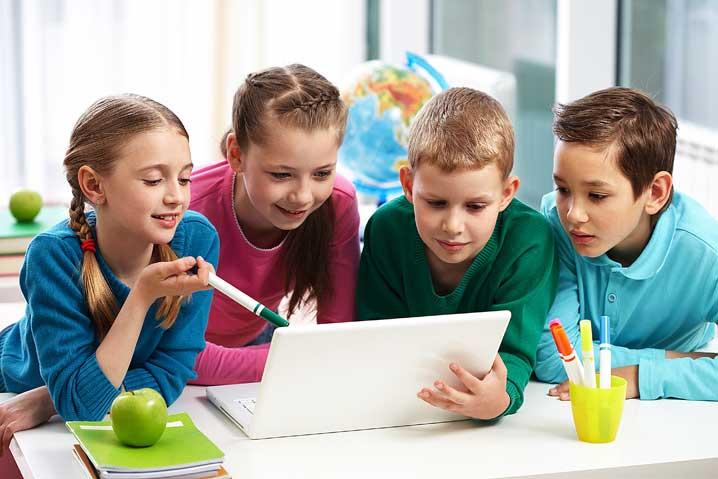 Des enfants co-construisent le projet devant un ordinateur