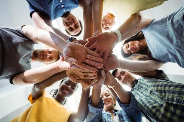 Un groupe de personnes rejoignent leurs mains au centre