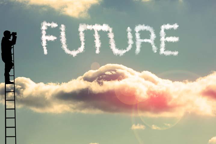Un homme sur une échelle regarde avec des jumelles les nuages qui forment le mot futur