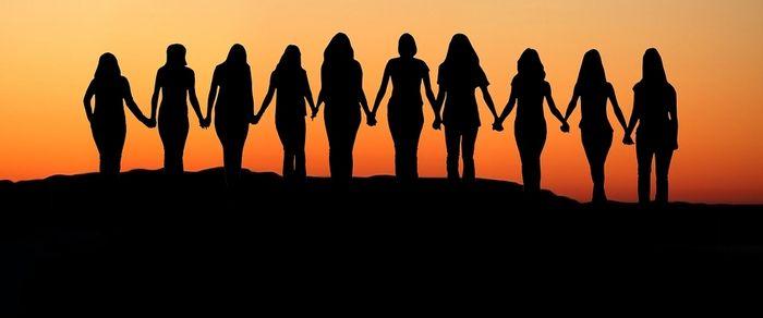 image WomenholdinghandsSunrisesilhouette.jpg (20.0kB)